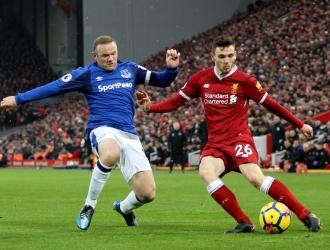 Andrew Robertson (D) y Rooney (I) batallaron por el balón | AP
