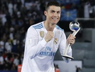 El portugués tras ganar el Balón de Plata del torneo /  AP