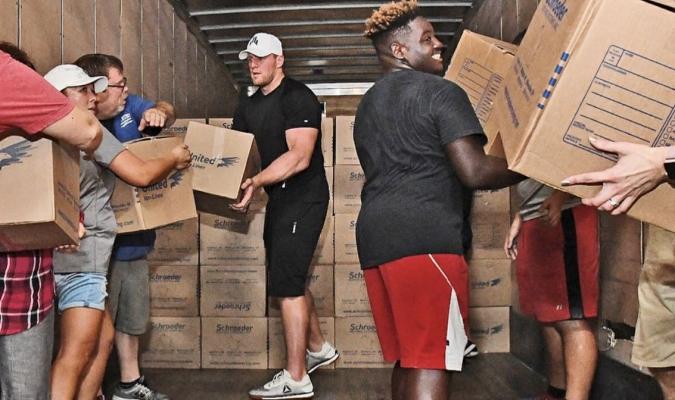 El jugador de la NFL JJ Watt organizó una exitosa recolecta para ayudar a las víctimas del huracá