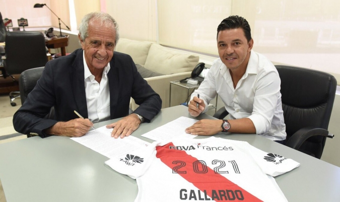 Gallardo estampando la firma en su contrato / @CARPoficial