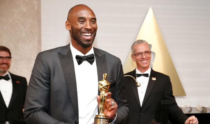 Kobe Bryant con una sonrisa inmensa por su Oscar / Foto AP