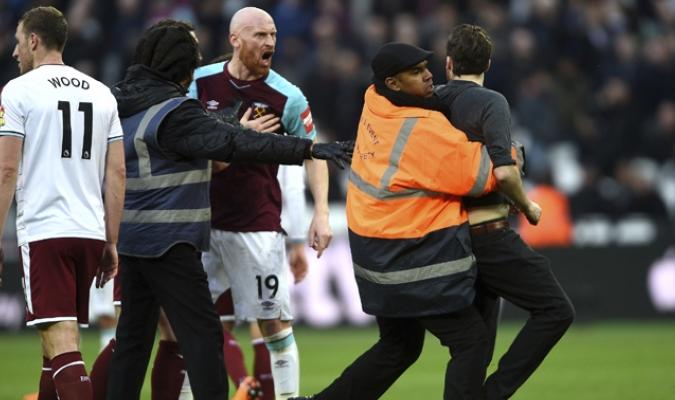 Fanáticos invadieron el terreno de juego para agredir a los jugadores / Foto: AP