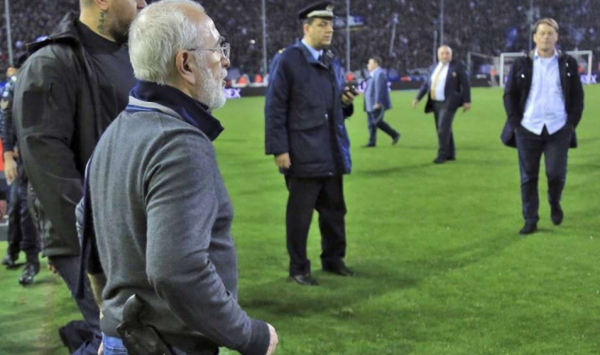 Presidente del PAOK entró al terreno con una pistola / Foto cortesía