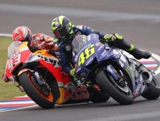 El conflicto ocurrió cuando Márquez intentó adelantar a Rossi en una maniobra un tanto agresiva y