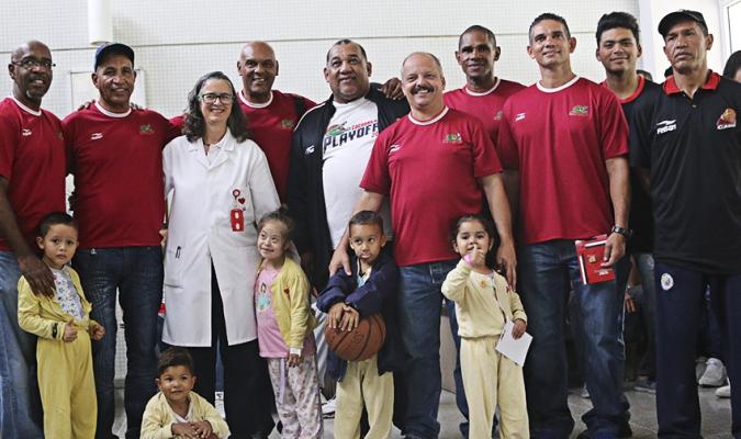 La plantilla sauria visitó el Hospital Cardiológico / Foto Prensa Cocodrilos