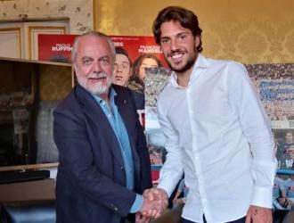 Verdi firmando su contrato/ Foto @sscnapoliES