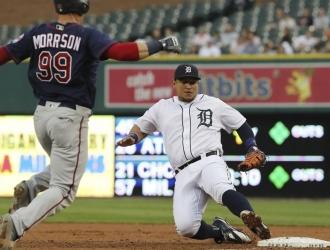 Cabrera se desliza en primera base tras atrapar un sencillo de Logan Morrison de los Mellizos de Min
