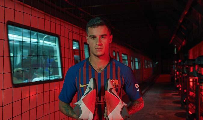Coutinho baja al metro de Barcelona para publicitar sus botas a418a386c43