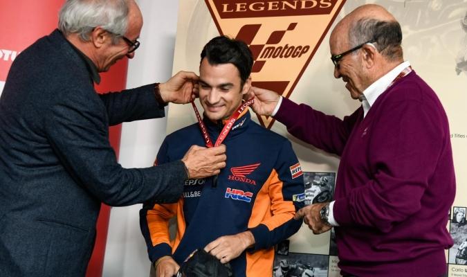 Foto: Cortesía (@MotoGP) / Pedrosa recibe la medalla de
