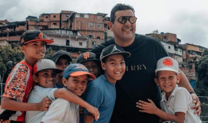 Méndez compartió con los niño    Foto: Cortesía