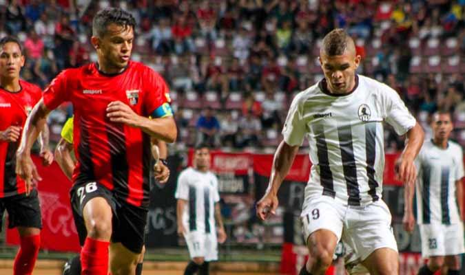 Di Giorgi y Romero disputan el balón || Foto: Cortesía