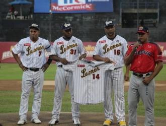 Caracas y Aragua rindieron un minuto de aplausos en memoria de Castillo y Valbuena | Foto: Sports Ve