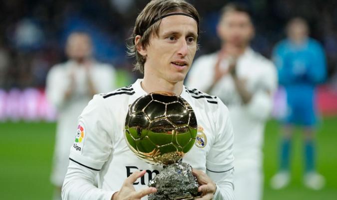 El croata presentó ante todo el público reunido en el feudo madridista su galardón al mejor jugador del mundo/ Foto AP