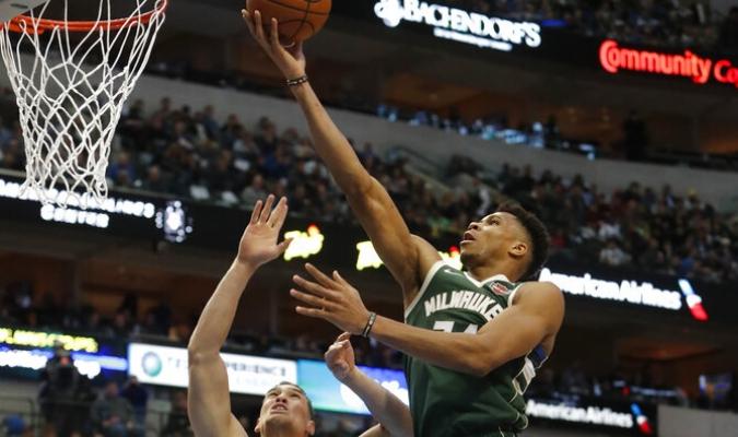 El griego aportó un Doble-doble en la victoria de Milwaukee | Foto: AP