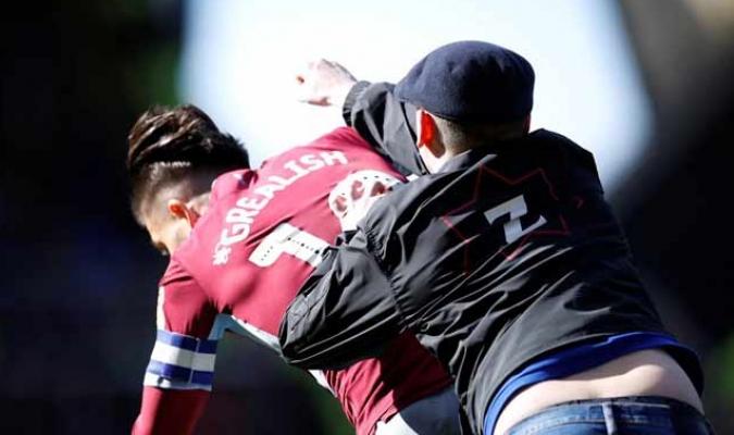 Un fanático del Birmingham agredió a  Jack Grealish en pleno partido