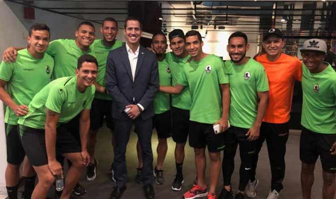 Los jugadores sonrieron con el dirigente || Foto: Cortesía