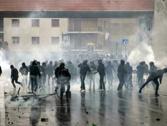 Los fanáticos del Lazio incendiaron un auto policial // Foto: AP