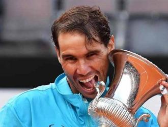 El español posó con el trofeo / Foto: EFE
