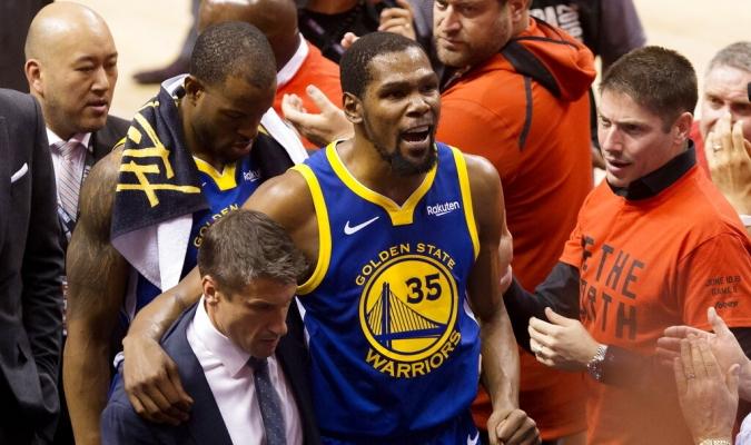 Durant se lesionó en la misma pierna que lo alejó de gran parte de los playoffs   Foto: AP