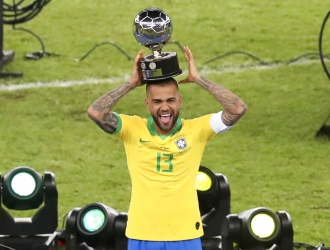 Alves se llevó el premio a Mejor Jugador / Foto: AP