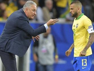 Dani Alves fue elegido el mejor jugador del torneo / Foto AFP