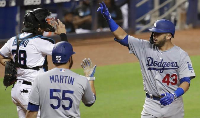 Los jugadores de Dodgers celebran luego del jonrón solitario de Ríos / Foto: AP