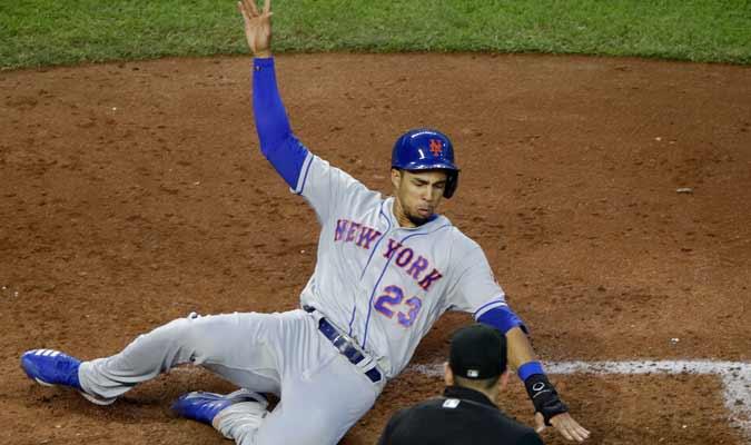 Aaron Altherr de los Mets de Nueva York anota una carrera ante los Reales / Foto: AP