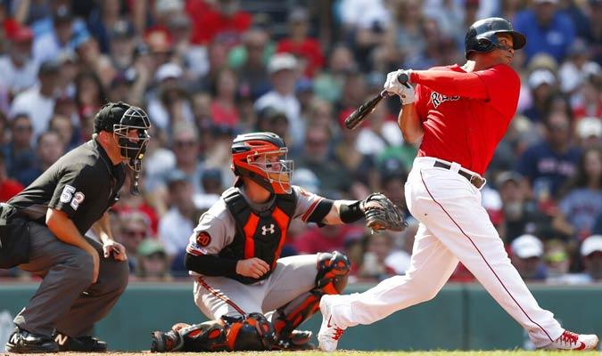 Devers (derecha) de los Medias Rojas de Boston conecta un doble ante los Orioles / Foto: AP