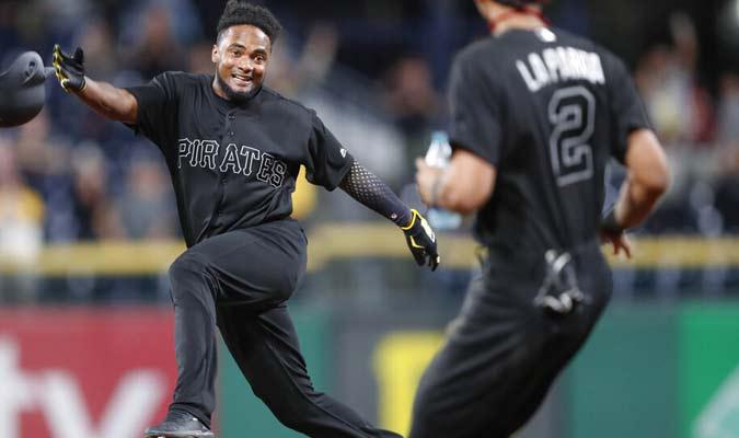 Los jugadores de Piratas celebran el triunfo ante Rojos / Foto: AP