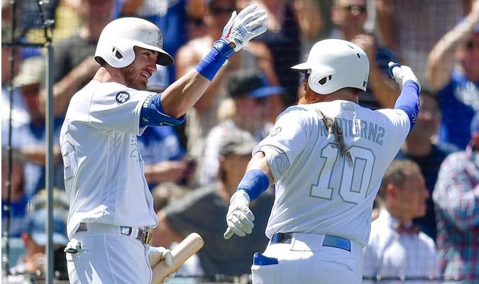 Jugadores de Dodgers celebran luego de anotar una carrera / Foto: AP