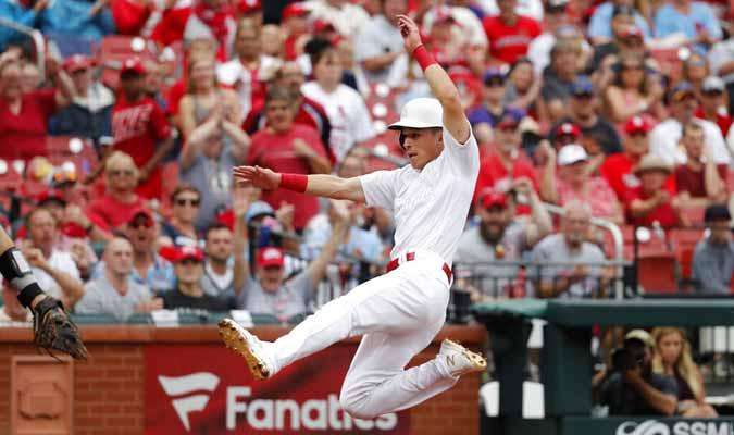Tommy Edman de los Cardenales de San Luis anotar una carrera en el segundo inning  / Foto: AP