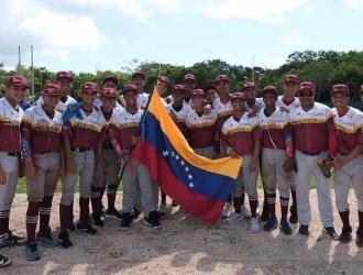 Peloteros de la selección venezolana junto a la bandera / Foto: Twitter (@FEVEBEISBOL)