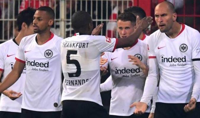 Jugadores del Frankfurt festejan uno de los goles de la victoria / Foto: AS