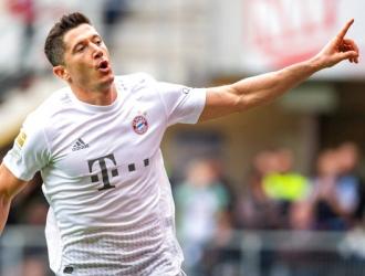 Lewandowski festeja tras anotar el tercer gol del Bayern / Foto: AP