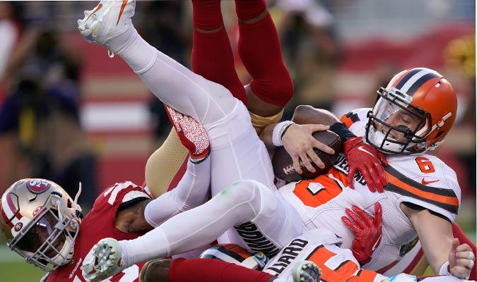 Mayfield es capturado durante un encuentro ante los 49ers / Foto: AP