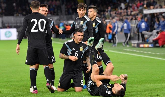Los argentinos festejan el gol del empate en Alemania / Foto: AP