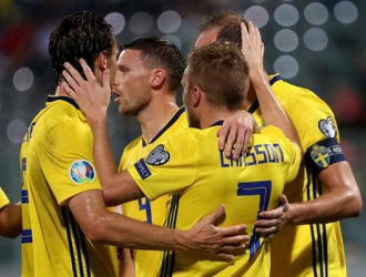 Larsson (7) celebra con sus compañeros tras anotar de penal / EFE