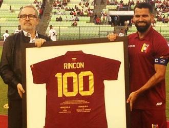 Rincón fue homenajeado por su centenar de partidos / Foto: Cortesía (@FVF_Oficial)