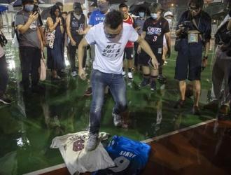 Un manifestante protestó en contra del astro estadounidense / Foto: AP