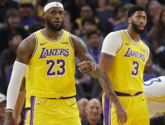 James y Davis en un juego de pretemporada ante Golden State / Foto: AP