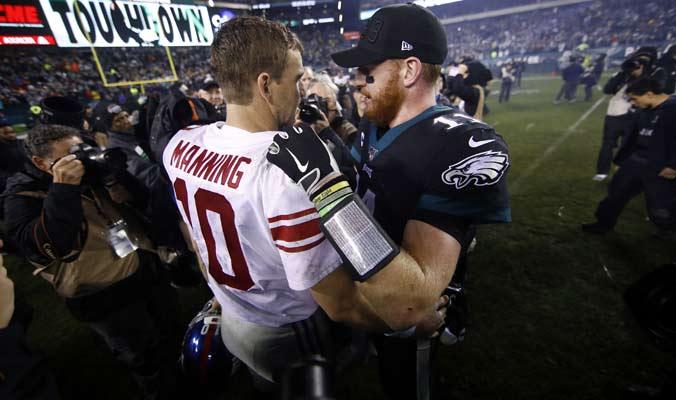 Jugadores de ambos equipos se abrazan tras el partido / Foto: AP
