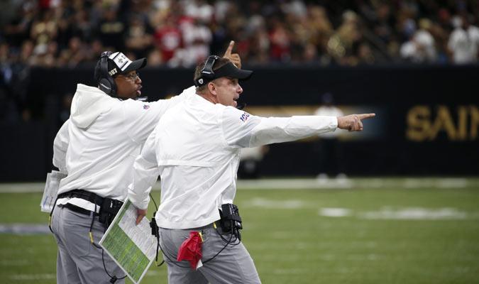 El entrenador dirige su línea lateral / Foto: AP