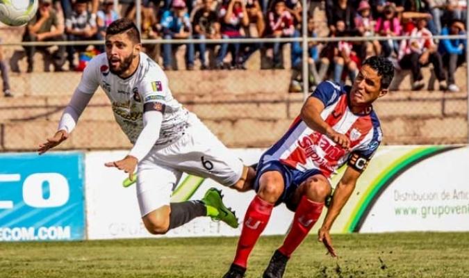 Quijada y Díaz disputan un balón en la ida || Foto: Caracas FC