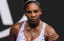 Serena Williams sigue de pie en Australia