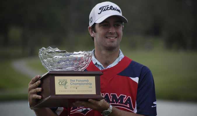 El golfista levantó el trofeo / Foto: EFE