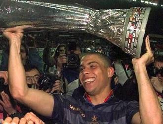 Ronaldo alzó su único trofeo europeo con el Inter   @intigrenazional