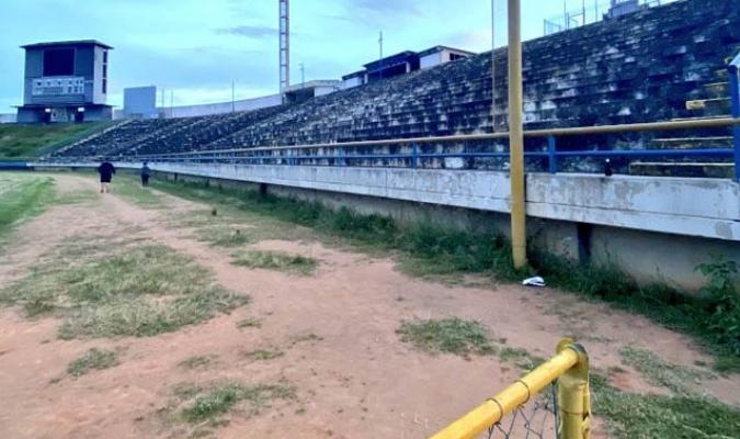 La cuenta twitter @larevista927 publicó unas fotos en las que se nota la situación lamentable del estadio