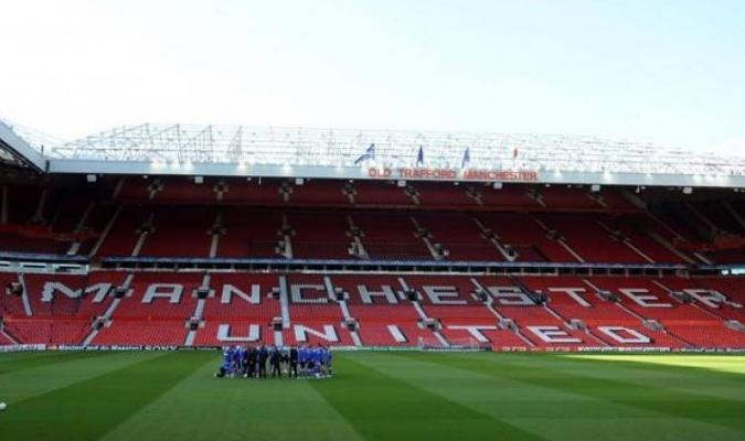 La capacidad total de Old Trafford es de 76.000 aficionados.
