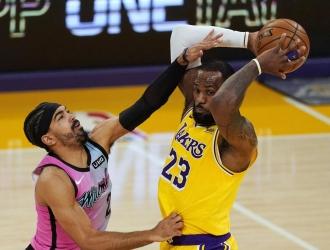 LeBron James acabó como líder de los Lakers al conseguir 19 puntos