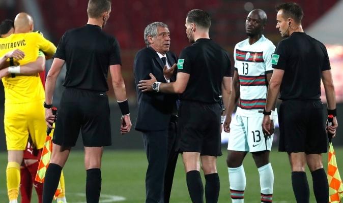 El árbitro se mostró avergonzado por el error cometido durante el final del encuentro / Foto corte